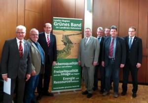 Landesbeauftragter Matthias Wunderling-Weilbier (Dritter von links) überreichte in Schöningen die Urkunde. Foto: Melanie Specht